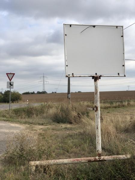 Schild ohne Inhalt im Saalekreis